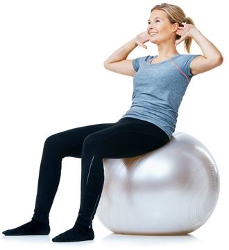 Kvinde der træner på Yoga bold